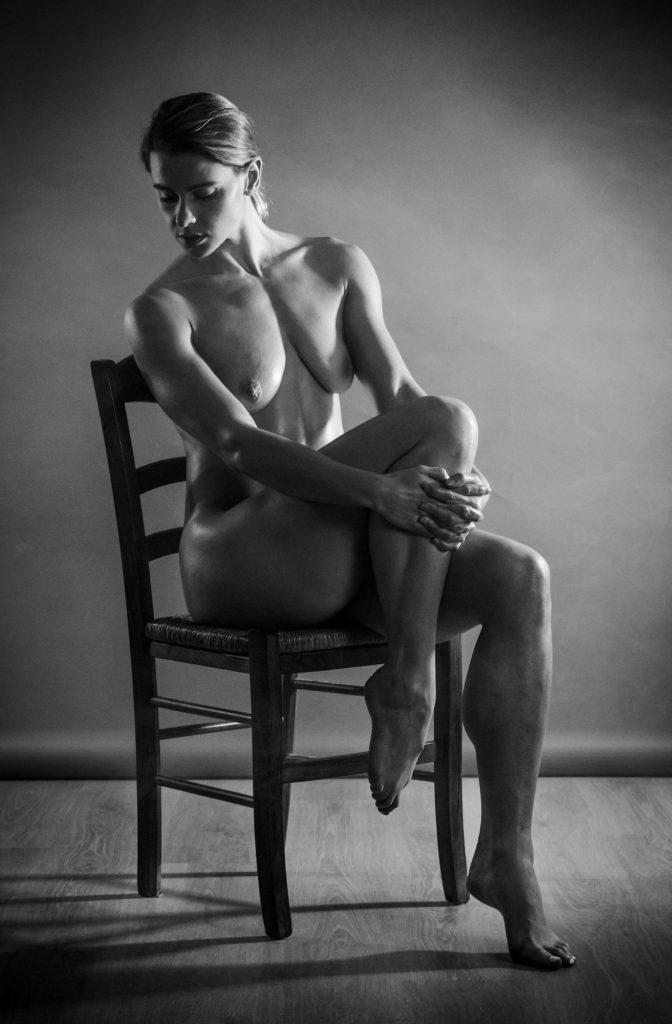 Shooting nu artitique noir et blanc à Lyon -Julia-Nicole-Photographiée-par-Jonathan-Bourrat-13