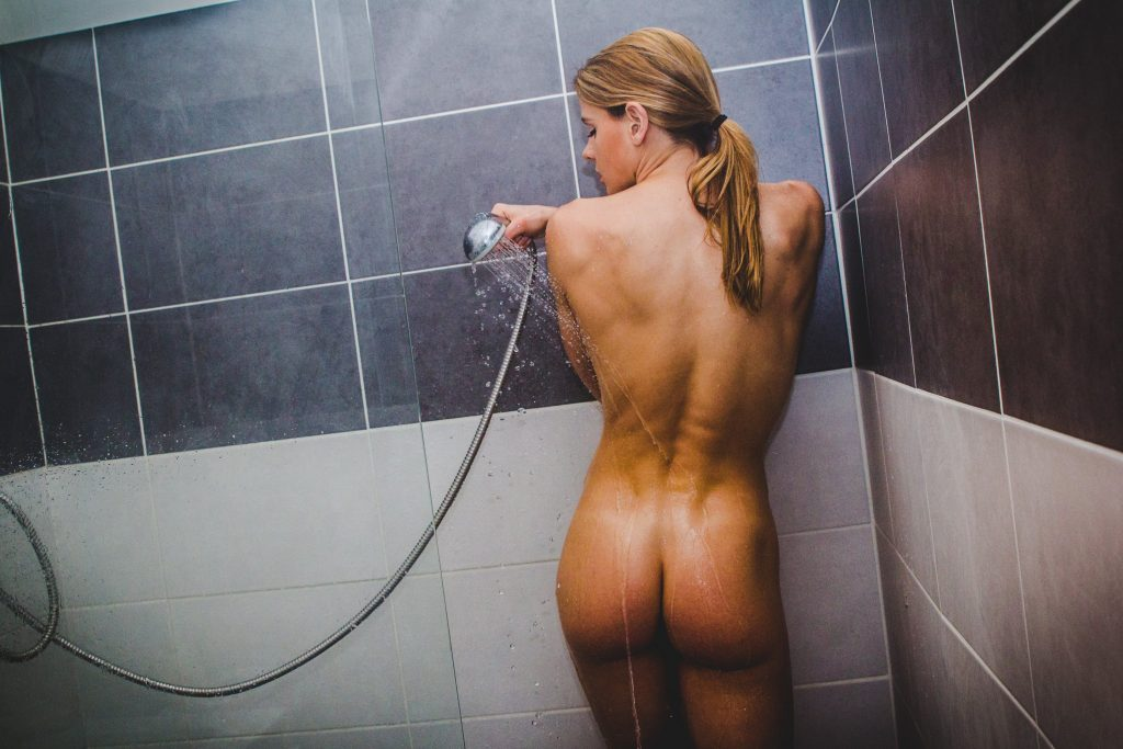 Séance photo en nu - Julia Nicole Douche